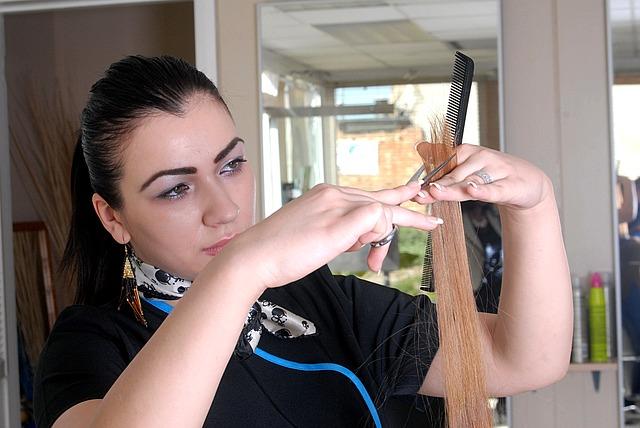 kadeřnice při práci
