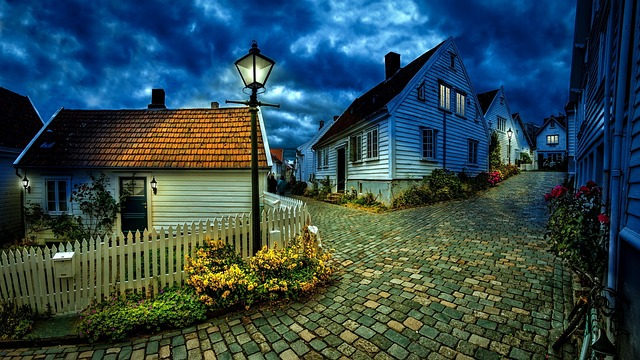 kamenná cesta mezi domy