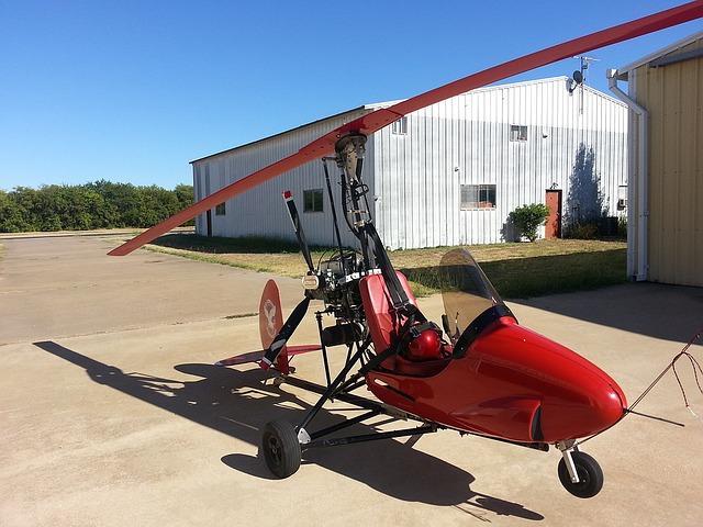 červený mini vrtulník